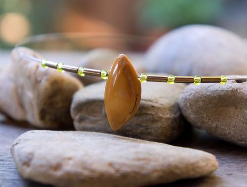 tour de cou en perles japonaise et noyau de prune