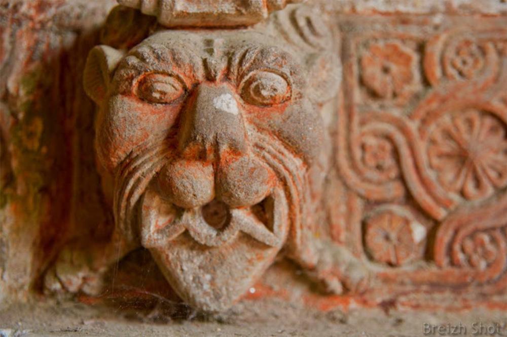 Guimiliau : Une tête de lion