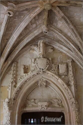 Abbaye de Cadouin angle galeries Nord et Est Porte Royale blason Ordre de Saint Michel