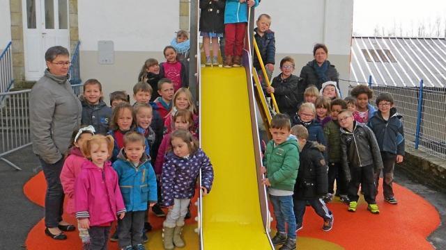 Un équipement type château fort avec différentes possibilités de s'amuser et de se dépenser pour les écoliers.
