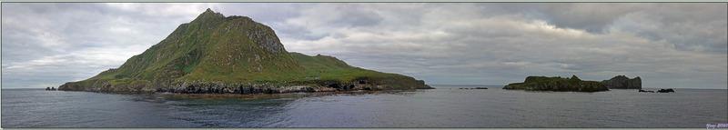 17 mars 2019 : au lever du jour, le Lyrial est ancré au large de Nightingale Island, de Middle Island et de Stoltenhoff Island - Tristan da Cunha