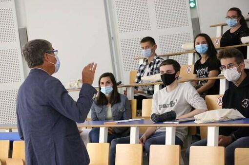Le directeur Eric Martin dispense les derniers conseils aux étudiants de génie industriel 4.0 sur le site lorientais de l'Ensibs.