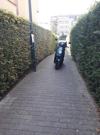 """Quand certains """"bikers"""" se rendent à l'église... ou se garent n'importe comment"""