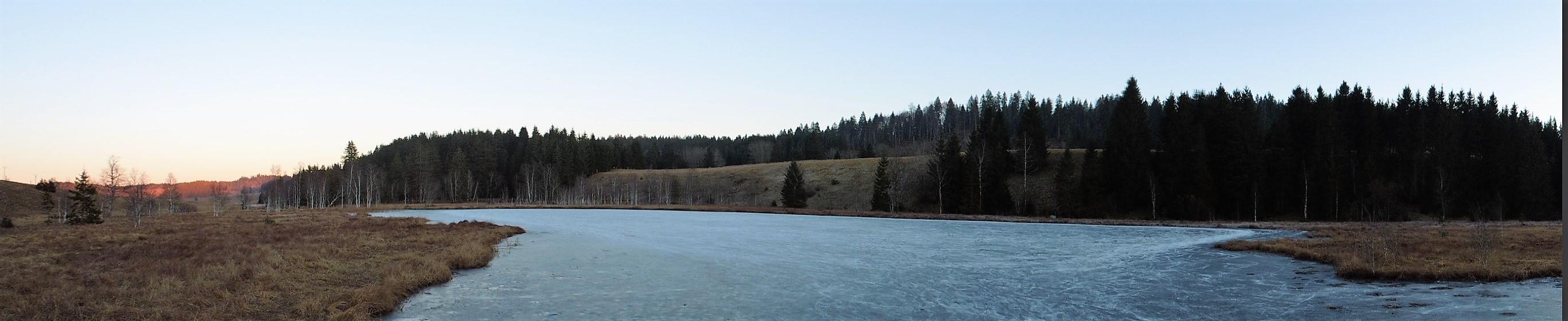 Le lac est gelé