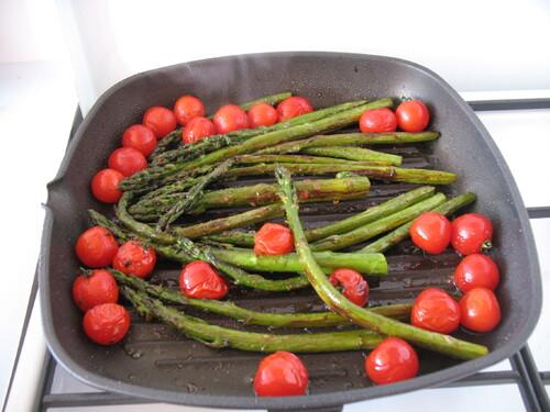 Asperges vertes et tomates cerises rôties