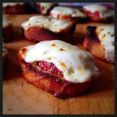 Petites tartines apéro : pain grillé, concassé de tomate,mozza et origan