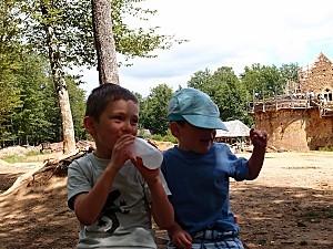 Victor et Gabriel à Guédelon
