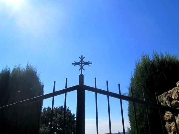 A propos des  croix sur les parties communes des cimetières :Le sens d'un avis du Conseil d'État