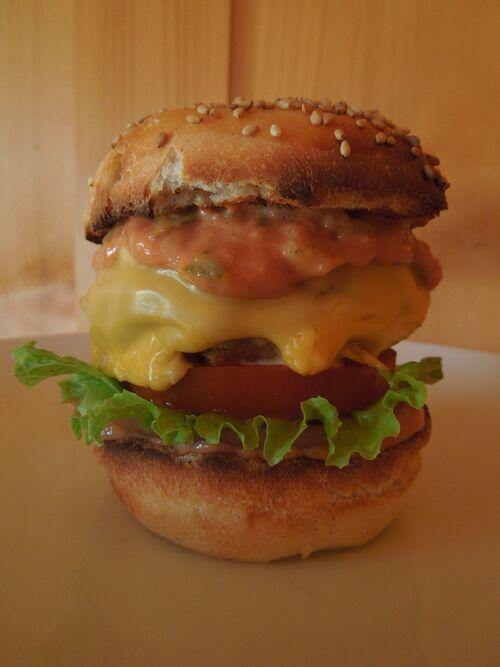 hamburger presque totalement maison : rosbeef + dinde + oignons pour le steak, courgettes au curry + mayo + ketchup + moutarde pour la sauce . Bun's fait maison en garniture oignon rouge, salade verte, tomate, et fromage taostinette au cheddar