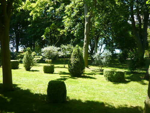Balade dans les jardins au donjon de Ballon