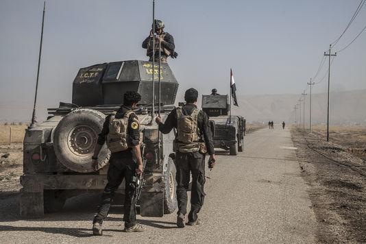 Près de Bartella, en Irak, le 23octobre. Des démineurs de l'armée irakienne avancent seuls sur la route qui sera empruntée pour mener une attaque en direction de Mossoul par la Golden Division.