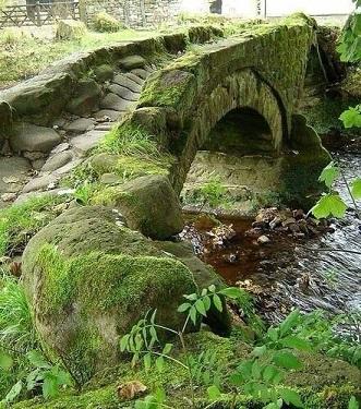 Le petit pont de pierres ...