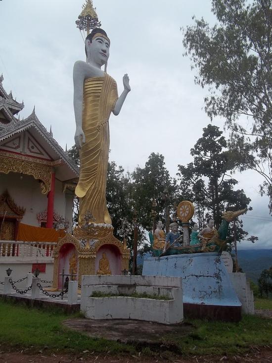 47 Bouddha debout