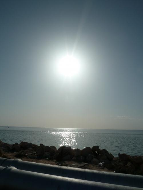 16h le soleil blanc descend sur la mer