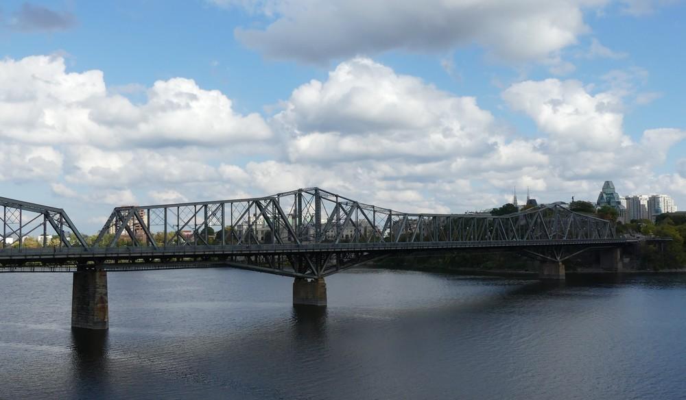 Le pont Alexandra à Ottawa...