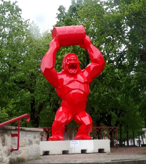 expose ses statues géantes à Saulieu....