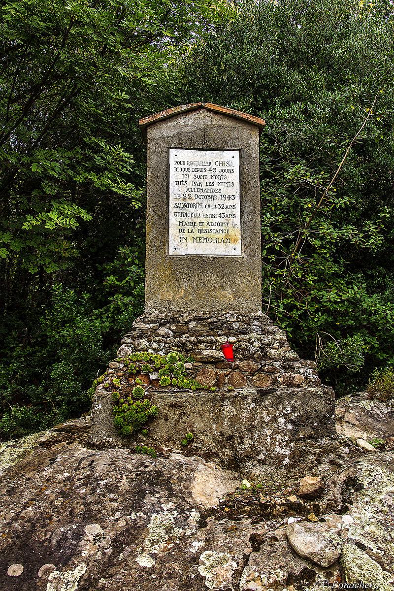 Stèle commémorative à Chisà.jpg