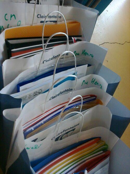 Pour la rentrée, préparation des listes de fournitures scolaires.