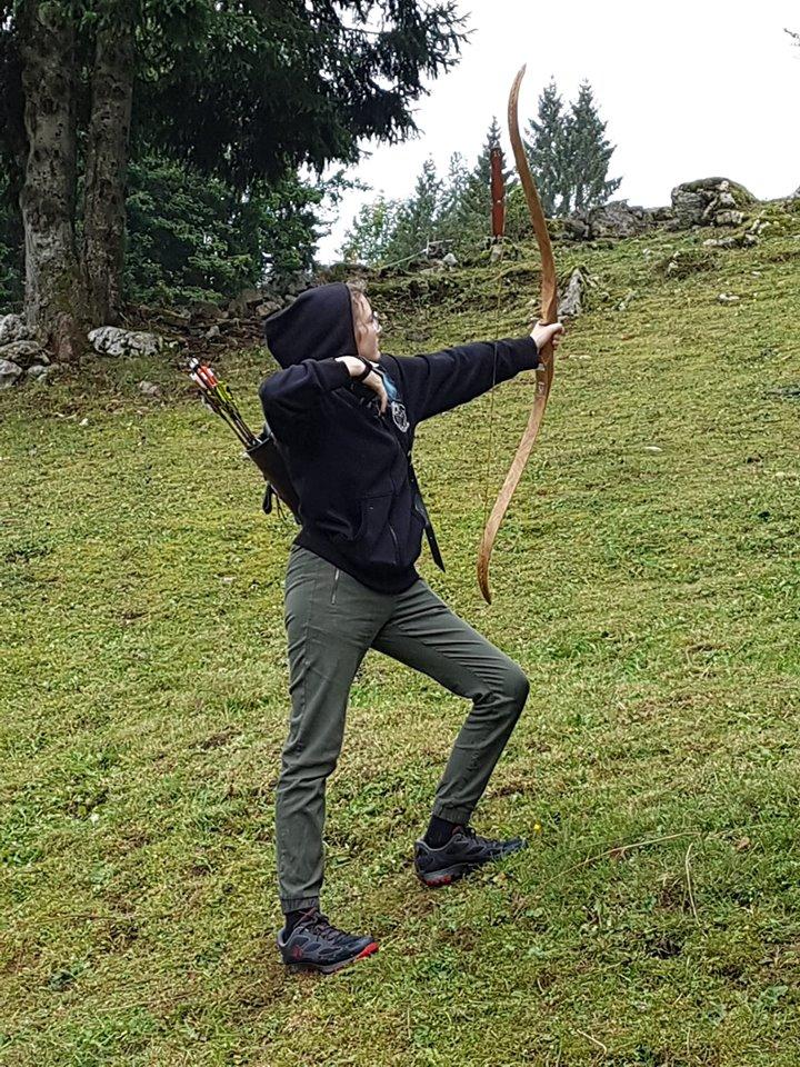 L'image contient peut-être: une personne ou plus, personnes debout, herbe, plein air et nature