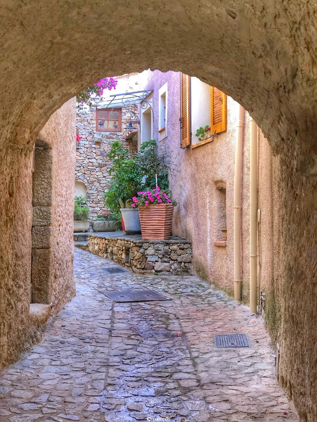 Dans les ruelles de Santa-Reparata-di-Balagna   Corse