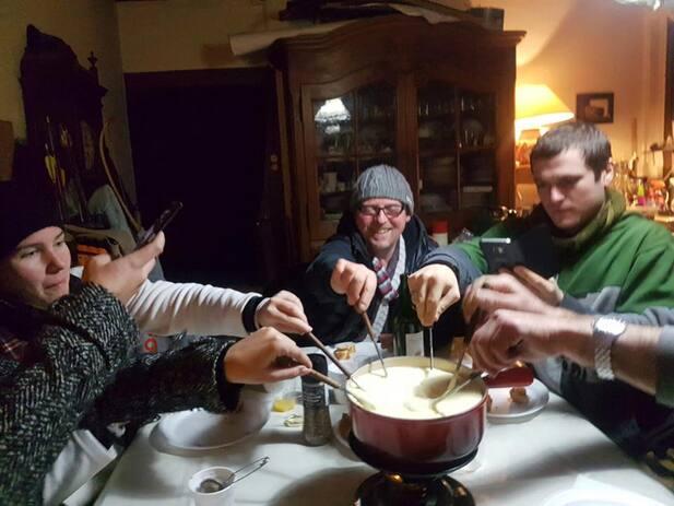 L'image contient peut-être: 3 personnes, personnes assises, boisson, table, intérieur et nourriture