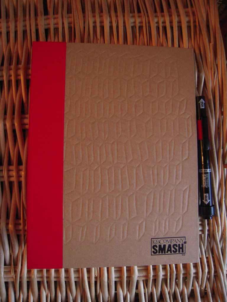 la couverture avec le stylo qui va avec, d'un côté feutre, de l'autre colle