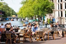 Les gens assis et avoir déjeuner à Amsterdam, Pays-Bas : Photo