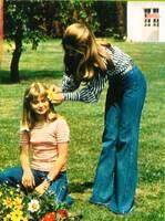1972, 73 et 75 : Le chemisier blanc à rayures bleues.