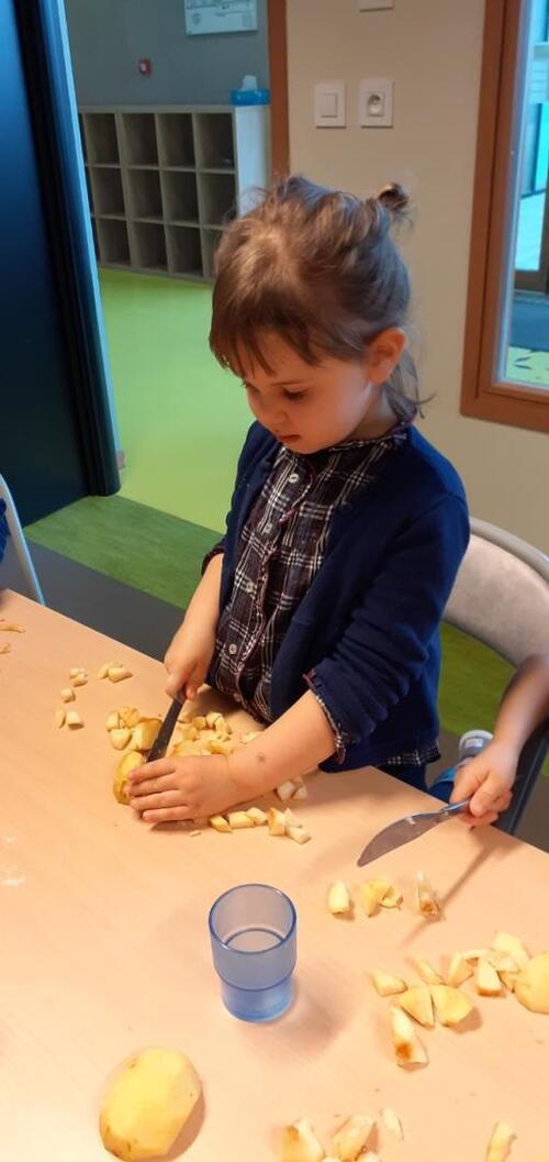 Lundi 8 mars, MILA a eu 4 ans ! Tarte et gâteau aux pommes au menu !