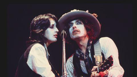 Joan Baez avec Bob Dylan pendant la tournée Rolling Thunder Revue, en 1975-1976.