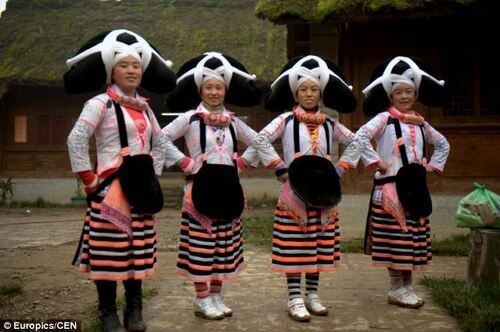 Les femmes Miaos à longues cornes.