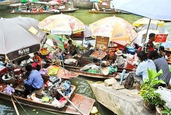 10854011-amphawa-floating-market-in-thailand.jpnng