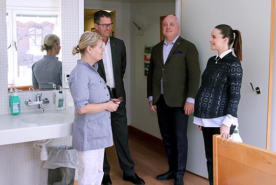 Vårdenhetschef Ewa Malmqvist visar en av Sophiahemmets två vårdavdelningar. Foto: Kungahuset.se