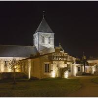 Maire et l'église la nuit