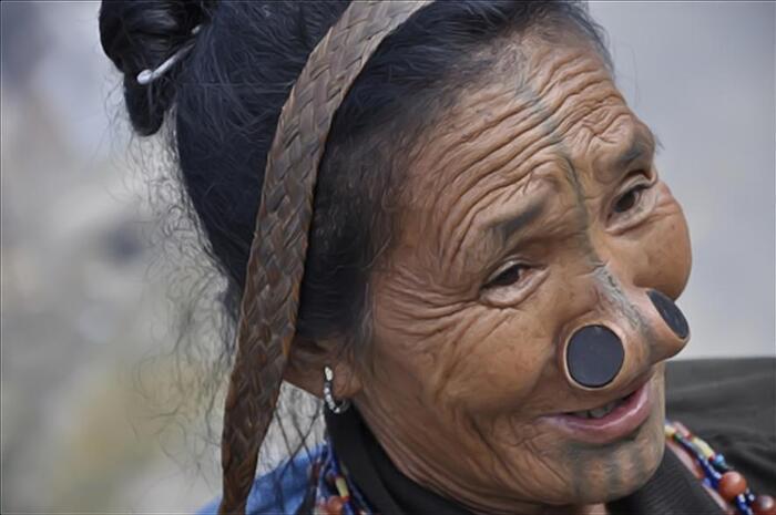Partez À La Rencontre Des Dernières Femmes De La Tribu Apatani...  Qui Arborent Fièrement Leurs Traditions Ancestrales...