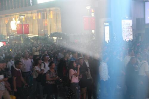 É Shanghaï, dans la vieille ville chinoise : beaucoup de monde