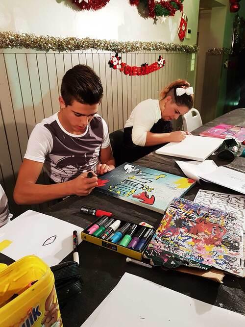 atelier graff à la bombe de peinture sur affichettes et réalisation de tableau aux marqueurs peinture durant 1 soirée pour 30 jeunes d'un Orphelinat : au Cap d'Agde (34) en décembre 2017