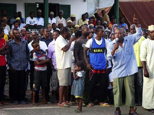 Des Mahorais manifestent à Mamoudzou, chef-lieu du département de Mayotte, mardi 12 avril, pour réclamer la fin des violences.