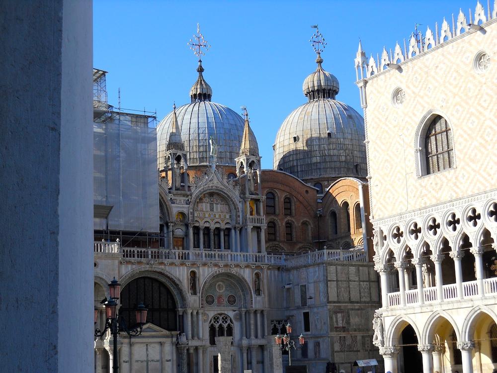 Place St.Marc     (La façade de la Basilique St.Marc en pleine rénovation)