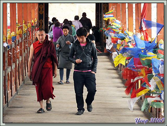 Blog de images-du-pays-des-ours : Images du Pays des Ours (et d'ailleurs ...), Vive le vent joueur avec les drapeaux de prières - Sur le Pont Bhoutanais de Thimphu - Bhoutan