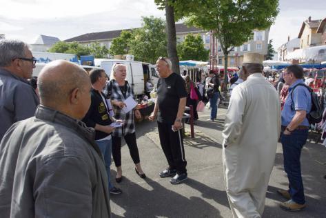 Sur le marché de Saint-Fons (Rhône), la candidate communiste Michèle Picard, au centre, souhaite convaincre les électeurs qu'élue députée, elle « incarnera une gauche de combat et d'action ». Emmanuel Foudrot