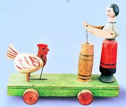 A060 La fermiere à la baratte  et la poule qui picore