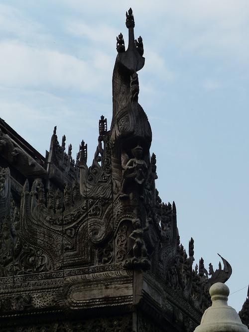 le monastère en teck Shwenandaw à Mandalay; suite