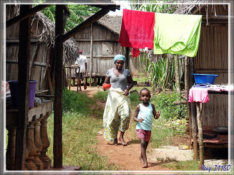 Retour de balade par le village d'Antanambe - Nosy Sakatia - Madagascar