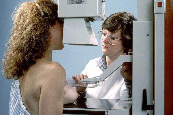 La mammographie consiste en une radiographie du sein. © National Cancer Institute, Wikipédia, DP
