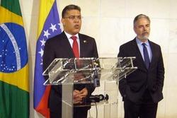 Les Ministres des affaires étrangères Jaua du Venezuela et Patriota du Brésil.