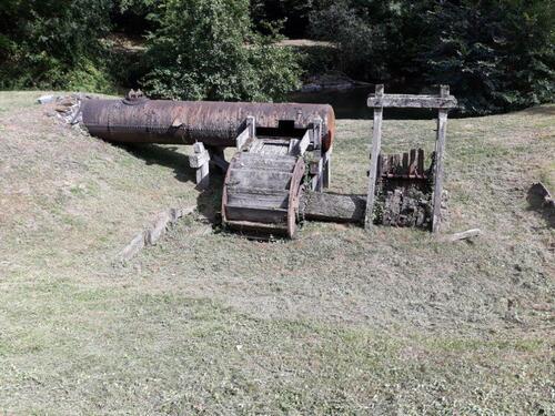 Machine à écraser le minerai mue par l'eau