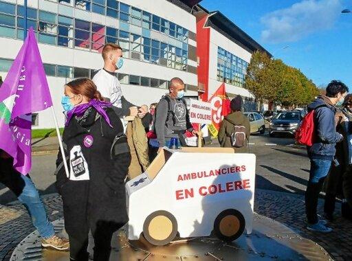 Une cinquantaine d'ambulanciers ont rejoint la manifestation, ils étaient partis à pied de l'hôpital de la Cavale Blanche.