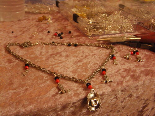 Parure de bijoux country dans les tons rouges et noirs avec leurs breloques