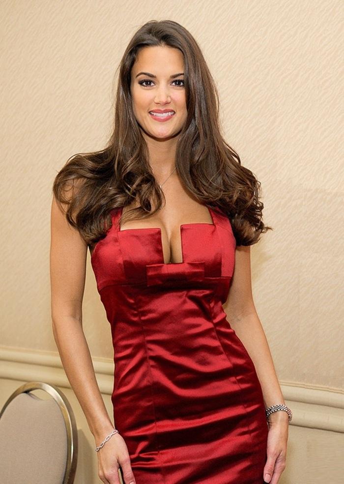 Tiffany Taylor : Robe rouge au joli décolleté…
